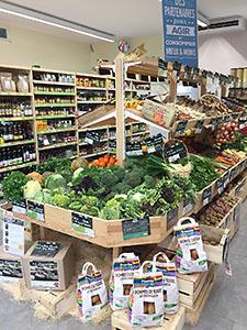 Présentoir des légumes du magasin Bio Ensemble membre du réseau Biocoop