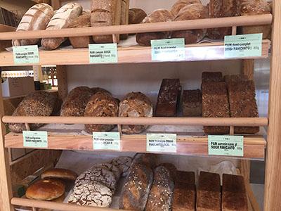 Présentoir des pains du magasin Bio Ensemble membre du réseau Biocoop